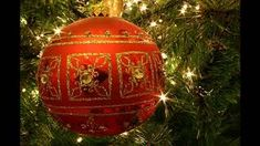 If you decided to have a traditional Christmas tree decorations this year check out this video. Idea for Tree decorations in traditional tone for Christmas! Christmas Drinks, Christmas Balls, Christmas Holidays, Christmas History, Office Christmas, Christmas Christmas, Xmas, Christmas Tree Decorations To Make, Christmas Tree Ornaments