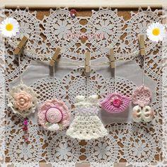 白とピンクを基調とした、コットン糸+リネン糸で編んだサマーファンションオーナメントです。帽子・シューズ・バッグ・お花のモチーフ・ワンピースの5点セットとなって... ハンドメイド、手作り、手仕事品の通販・販売・購入ならCreema。