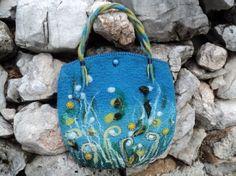 Сумка насыщеных синих цветов из тонкой шерсти и шелка для декора. Передняя сторона украшена орнаментами и деталями, прошита нитями шелка.