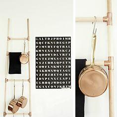 Escalera decorativa DIY con listones de varilla de madera y conectores de cobre • DIY Copper + Wood ladder storage, by Monster Circus
