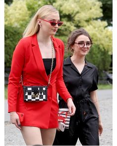 Actresses Sophie Turner and Maisie Williams arrive at Rayne Church, Kirkton of Rayne in Aberdeenshire, for the wedding ceremony of their Game Of Thrones co-stars Kit Harington and Rose Leslie. Get premium, high resolution news photos at Getty Images Maisie Williams Sophie Turner, Rose Leslie, Kit Harington, Emilia Clarke, Jon Snow Et Ygritte, Acteurs Game Of Throne, Game Of Thrones, Game Of Throne Actors, Fashion Cover