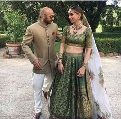 These latest lehenga designs that we spotted in 2018 Indian weddings have literally taken internet by the storm. Check out these bridal lehenga designs for some major inspiration! Indian Bridesmaid Dresses, Indian Wedding Outfits, Bridal Outfits, Indian Dresses, Indian Outfits, Indian Clothes, Lehenga Designs Simple, Green Lehenga, Black Lehenga