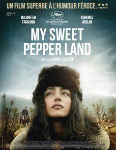 My Sweet Pepper Land – Hiner Saleem 'Le réalisateur kurde Hiner Saleem emprunte aux codes du western pour mettre en scène une histoire tragi-comique. Il faut avouer que les paysages montagneux s'y prêtent à merveille, parcourus de bandes d'hommes chapeautés et armés, d'hommes…ou de femmes aussi comme ce groupe de combattantes et de résistantes kurdes de Turquie luttant pour les droits de leur peuple.'