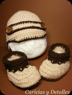 conjunto de gorrito y patucos beige / marrón ref. mod. 23  lana bebé.,abalorios mini perlas.,botón pvc. crochet.