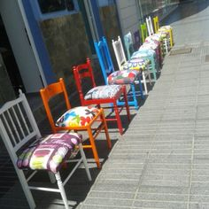 Sillas Restauradas Funky Furniture, Colorful Furniture, Furniture Makeover, Painted Furniture, Outdoor Furniture, Kitchen Chairs, Dining Room Chairs, Funky Chairs, Outdoor Chairs