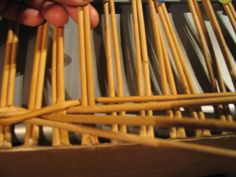 Плетение из газет. - Плетение из газетных трубочек - Поделки из бумаги - Каталог статей - Рукодел.TV