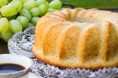 Recept: Kuskusová bábovka s hroznovým vínem | Vím, co jím Kefir, Quinoa, Cantaloupe, Fruit, Fitness, Food, Bulgur, The Fruit, Meals