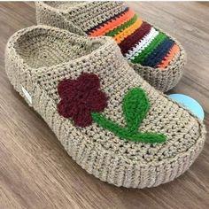 Crochet Baby Sandals, Knitted Slippers, Crochet Slippers, Sewing Slippers, Crochet Slipper Boots, Shearling Slippers, Diy Crafts Crochet, Crochet Yarn, Crochet Projects