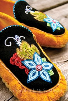 ideas for jewerly making ideas earrings awesome beads Native Beading Patterns, Beadwork Designs, Native Beadwork, Native American Beadwork, Indian Beadwork, Beaded Moccasins, Stuff And Thangs, Beading Projects, Beaded Flowers