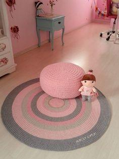 Tapete de croche em tons rosa e cinza Pode ser feito nas cores de sua decoração! Medida 1,10 Outras medidas consultar valores OBs: o puff é vendido separadamente