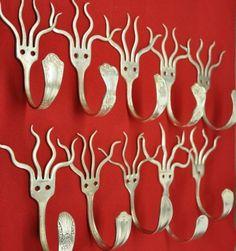 Estos son unos ganchos para colgar cosas, elaborados con cubiertos metálicos de cocina, como tenedores y cucharas. Son prácticos, económ...