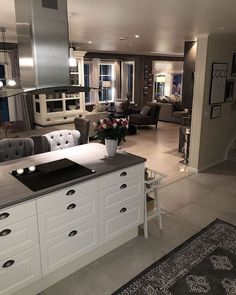 Looking for some home inspiration? I can scroll down social media searching for beautiful homes for HOURS! I'm not kidding! It's just a hobby and that's why … Open Kitchen And Living Room, Home Decor Kitchen, Kitchen Interior, Home Kitchens, Kitchen Ideas, Küchen Design, House Design, Black Countertops, Dream House Interior