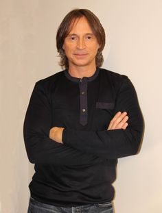 behind the scenes photo of Robert Carlyle from www.latfthemagazine.com