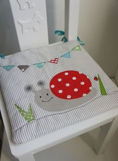 A cute chair cushion suitable for a small baby chair. Applique Cushions, Pillow Embroidery, Sewing Pillows, Sewing For Kids, Baby Sewing, Diy For Kids, Freehand Machine Embroidery, Free Motion Embroidery, Baby Crafts