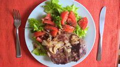 Alcatra acebolada feita na banha de porco, alface e tomate temperados com chia, azeite extra virgem e vinagre balsâmico