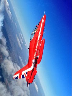 The Red Arrows, 2015 Air Fighter, Fighter Jets, Aircraft Images, Pride Of Britain, Raf Red Arrows, Airplane Crafts, Us Military Aircraft, Airplane Fighter, Royal Air Force