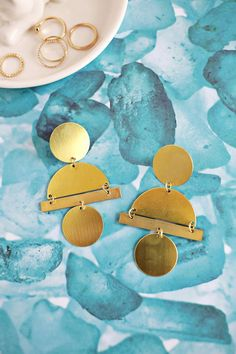 Geometric Earrings Tutorial Uses Stamping Blanks! Diy Geometric Earrings, Geometric Jewelry, Diy Earrings, Diy Holiday Gifts, Christmas Crafts For Gifts, Diy Gifts, Diy Christmas, Diy Jewelry, Handmade Jewelry