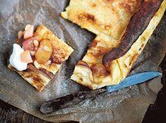 """Kuohkea pannukakku tunnetaan myös nimillä """"maailman paras pannukakku"""" tai """"taivaallisen hyvä pannukakku"""". Ohjeen salaisuus on leivinjauheen sekä runsaan voin ja sokerin käyttö."""