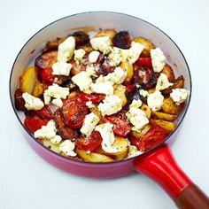 Verwarm de olijfolie in een grote pan op middelhoog vuur en voeg de gekookte krieltjes toe.    Strooi de oregano over de krieltjes en voeg zout en peper naar smaak toe. Bak de krieltjes 5 minuten of tot ze beginnen te bruinen.    Doe de tomaten erbij...