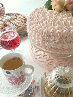 Vaaleanpunainen kakku kätkee sisälleen kinuskia ja vadelmaa - ihana yhdistelmä!   #täytekakku #vadelmakakku #vadelmakinuskikakku Punch Bowls