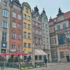 Sitting in a restaurant looking at those charming little houses was the best time spending for me in #Gdansk. Who do you imagine live there? How do they spend their days and nights? Go to the highest floor look out the windows and follow the strangers... Does it sound too #romantic? Only till the night comes...  #RushAway #RushAwayBlog #RushAwayTravel . . . . . #beautifuldestinations #passionpassport #allaroundtheworld #mytravel #travelpic #globetrotter #travelguru #placestovisit…