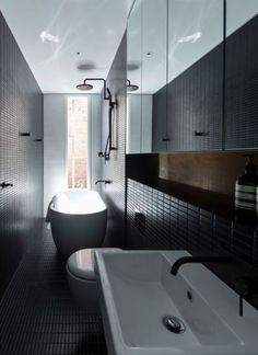 Narrow bathroom design - Splinter Society Architecture P/L for Black Moon Rising  Image: Armelle Habib