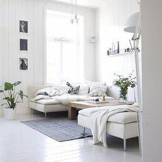 Deux canapé face-à-face avec grande table basse et tapis