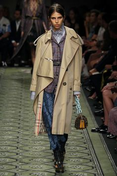 Burberry | Ready-to-Wear Spring 2017 | Look 56 Fashion History, Fashion News, Fashion Outfits, Womens Fashion, Burberry Women, Burberry Prorsum, Urban Chic, Office Outfits, London Fashion
