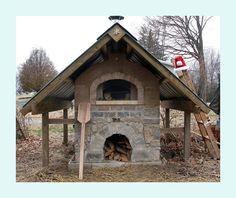 Un four à cuisson extérieur... Miam! Vive le pain et les pizzas maisons!