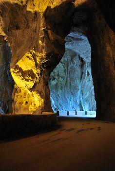 La Cuevona es uno de los escasos ejemplos mundiales de cavidades por las que serpentea el asfalto. Esta inmensa caverna ha sido desde siempre el único acceso a la aldea de Cuevas del Agua. La grandiosidad de sus bóvedas con cerca de 300 metros de recorrido conserva unas excelentes formaciones de Estalactitas, estalagmitas de gran belleza. leer más: http://viajes.101lugaresincreibles.com/2012/02/un-pueblo-de-espana-al-que-se-llega-por-una-cueva-natural-cuevas-del-agua-ribadesella/