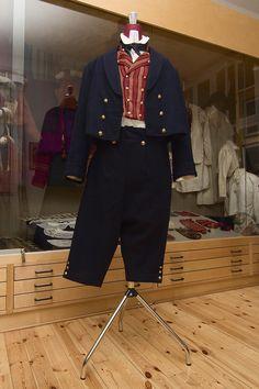 Pyttis folkdräkt. Pyhtään kansallispuku. Pyttis folk costume. Finn-Swedish. Photo: Linda Varoma Folk Costume, Costumes, Folk Clothing, Traditional Outfits, Finland, Folk Art, Embroidery, Pants, Clothes