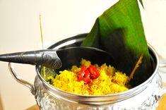 Nasi kuning is gele rijst. Het wordt in Indonesië vaak gegeten tijdens feesten; jubileum, trouwerij, verjaardag of een heiligfeest. Dit recept is snel klaar