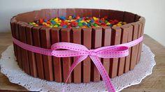 www.renataarcaldi.com.br    KitKat and M&Ms cake