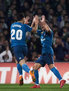 Marco Asensio of Real Madrid celebrates with his teammate Lucas Vazquez of Real Madrid after scoring the opening goal during the La Liga match between Real Betis and Real Madrid at Benito Villamrin stadium on February 2018 in Seville, Spain. Solo Soccer, Soccer Tips, Soccer Stuff, Barcelona Soccer, Fc Barcelona, Messi Soccer Cleats, Nike Soccer, Real Madrid Manchester United, Lucas Vazquez