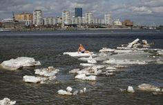 O russo Vdimir Samsonov, de 59 anos, que mora na cidade siberiana de Zheleznogorsk, na Rússia, foi fotografado nesta sexta-feira (26) tomando banho de sol sobre um bloco de gelo no rio Yenisei, em Krasnoyarsk.