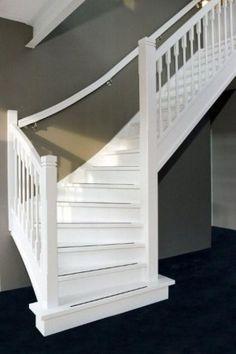 Witte trap tegen antraciet grijze muur en grijze antislipstrips