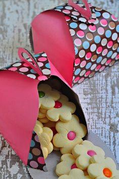 Fianáin le Bonibons - Essential International Milis Recipes In Irish Easy Cookie Recipes, Sweet Recipes, Dessert Recipes, Biscuit Cookies, Biscuit Recipe, Easter Cookies, Cupcake Cookies, Cute Food, Yummy Food