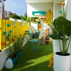 Un balcon qui a du pep's ! Avec le gazon artificiel au sol et la décoration qui est composée de couleurs pastel, ce balcon montre qu'il ne faut pas forcément beaucoup de place pour se faire un petit coin de verdure :)