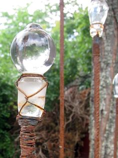 Reuse Glass Bottle Stoppers in your garden (Bottle Garden Art) Bottle Garden, Glass Garden, Unique Gardens, Amazing Gardens, Garden Crafts, Garden Projects, Garden Ideas, Outdoor Art, Outdoor Gardens