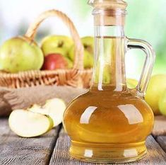 Apple or White Vinegar Hair Rinse Recipe: Mix to 4 tablespoons of apple cider (or white) vinegar (ACV) with 8 ounces of water in a plastic squeeze bottle or cup. Use instead of conditioner Apple Cider Vinegar Cellulite, Apple Cider Vinegar Remedies, Apple Cider Vinegar For Hair, Organic Apple Cider Vinegar, Stye Remedy, Skin Tags Home Remedies, Skin Care Remedies, Vinegar Hair Rinse, Beauty