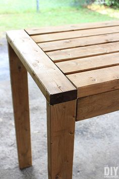 Learn how to build a outdoor bar table for your backyard. This DIY outdoor table can also be used as an outdoor work table. DIY project using only Outdoor Pub Table, Diy Outdoor Table, Diy Outdoor Furniture, Outdoor Decor, 2x4 Table, Patio Bar Table, Bar Tables, Ana White, Bars En Plein Air