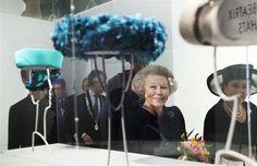 APELDOORN - Prinses Beatrix kreeg woensdagmiddag in paleismuseum Het Loo een unieke terugblik op haar regeringstijd aan de hand van haar eigen hoeden. Exemplaren gedragen bij staatsbezoeken, op Prinsjesdag en Koninginnedag, bij streekbezoeken en feestelijke gebeurtenissen in de familie, maar ook bij rouwplechtigheden. Maar liefst 111 hoofddeksels. Zonder hoeden geen Beatrix. Ze hoorden voor de...