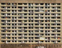 """Foto aparece en la categoría """"Arquitectura"""". Cartel diciendo acerca de la victoria del socialismo. (Foto por Klaus Wäscher, Alemania, Selección, Arquitectura, Open, 2015 Sony World Photography Awards)"""