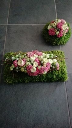 Funeral Floral Arrangements, Modern Flower Arrangements, Cemetery Decorations, Casket Sprays, Sympathy Flowers, Funeral Flowers, Arte Floral, Flower Centerpieces, Diy Flowers