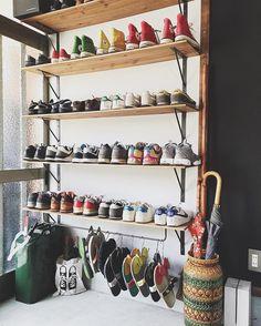 ˘̈ #連投失礼します ˘̈ 入ってすぐ左側の靴の棚☺︎︎ ビーチサンダルは年がら年中ぶら下がったままです ˘̈ ほぼ、スニーカーしか持ってません #タナホーム
