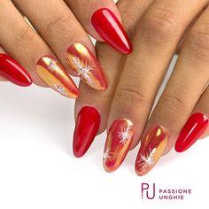Fiocchi di neve con effetto zucchero #Melody!  SP49 #Lipstick, pigmento Perla Antartica, F01 #PureWhite e Swarovski.    #nail #nails #gelnails #gelcolor #magicnails #rosso #swarovski #swarovskicrystals #swarovskielement#instanails #nailstagram   #nailstyle #uñasdecoradas #uñas#nailsaddict #uñasengel  #passioneunghieofficial