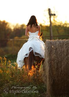 Ride away bride. Country wedding. Bride on horse