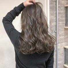 僕の作る人気のロイヤルグレージュです💃 上質なヘアーを求める大人の方にオススメです✨ 新規の方も大歓迎です! ご予約、ご来店お待ちしてます😊 #ハイライト#上質#高級美容液 #ラグジュアリー#六本木#表参道#青山#色気#美容#美容day#ビューティー#lux#パーティー#モテ髪#美#セクシー#ヘルシー#ライフスタイル Cool Brown Hair, Brown Hair Shades, Dark Hair, Brown Hair Colors, Medium Ash Brown Hair, Medium Hair Styles, Curly Hair Styles, Mocha Hair, Best Hair Dye