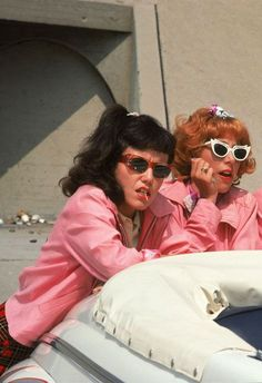 Jamie Donnelly als Jan & Didi Conn als Frenchy Grease - Bildung Ideen & DIY 80s Aesthetic, Aesthetic Collage, Aesthetic Vintage, Aesthetic Photo, Aesthetic Pictures, Aesthetic Movies, Iconic Movies, Old Movies, Pink Movies