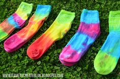 These DIY rainbow socks are so cute! Make your own RAINBOW tie dye socks! How To Tie Dye, How To Dye Fabric, Tie Dye Socken, Diy Tie Dye Socks, Easy Crochet Slippers, Rainbow Socks, Lace Socks, Rainbow Crafts, Tie Dye Shirts